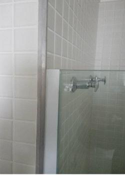acabamento na lateral superior box para banheiro de abrir